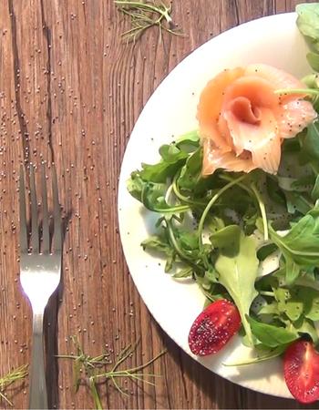 Salmone con rucola e pomodorini: se hai fretta... è perfetto!